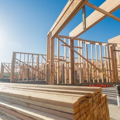 Jakie właściwości posiada drewno konstrukcyjne?